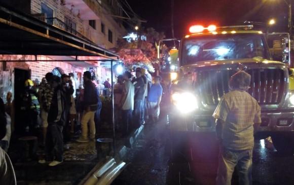 Maquinaria de los bomberos atendiendo la emergencia. FOTO CORTESÍA GUARDIANES ANTIOQUIA