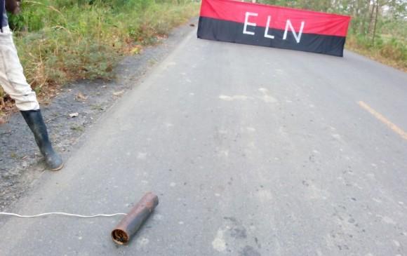 La bandera fue ubicada en la mitad de la vía. FOTO CORTESÍA PERIÓDICO LENTE INFORMATIVO URABÁ