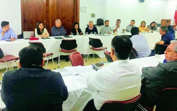 El expresidente Álvaro Uribe Vélez llegó en horas de la tarde a la reunión, en la que hablaron con varios dirigentes de las estrategias para encarar las elecciones locales de este año. FOTO cortesía
