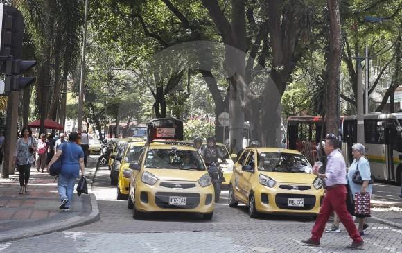 El paseo por la Avenida incluye avistamiento del árbol más viejo de Medellín, de una casa antigua restaurada, dos museos, un teatro, varias cafeterías, casinos y hasta pasar por un costado del Edificio Coltejer, el más alto en Medellín. FOTO Manuel Saldarriaga