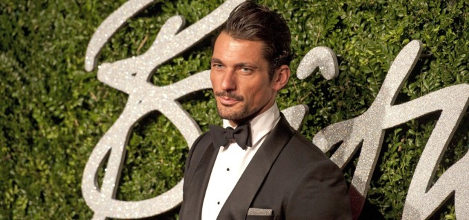 El modelo británico David Gandy llegó a la ceremonia de los British Fashion Awards. FOTO EFE