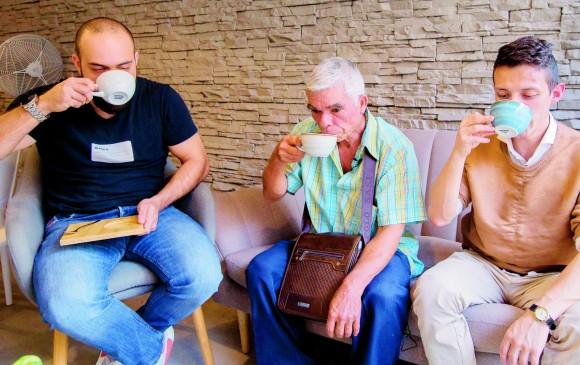 Dos lectores de EL COLOMBIANO se toman un café junto a Pedro Quintero (centro), su productor. FOTO Donaldo Zuluaga