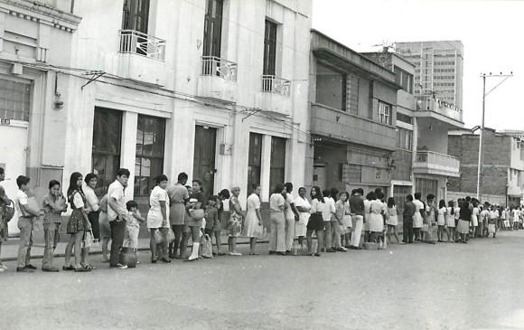 El clima no eran impedimento para que la fila creciera en busca del alimento. FOTO Hervásquez 1977