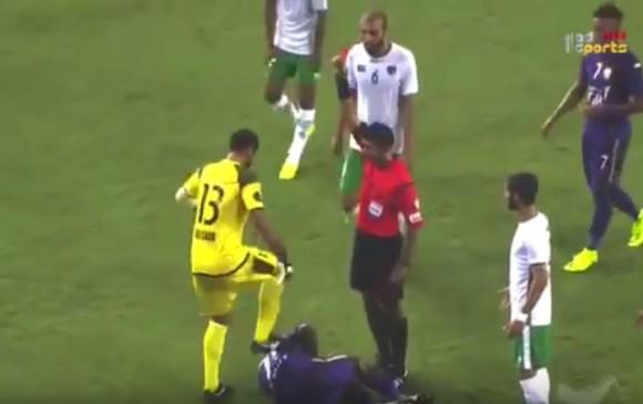 Descalificadora agresión contra futbolista colombiano en el fútbol árabe