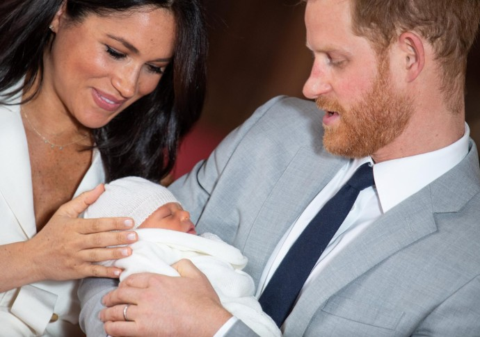 El príncipe Harry, duque de Sussex (R), de Gran Bretaña, y su esposa Meghan, duquesa de Sussex, posan para una foto con su hijo recién nacido en St George's Hall en Windsor Castle en Windsor, al oeste de Londres, el 8 de mayo de 2019.Dominic Lipinski/ AFP
