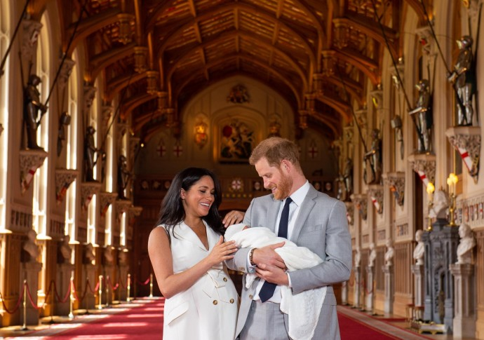 El príncipe Harry, duque de Sussex (R), de Gran Bretaña, y su esposa Meghan, duquesa de Sussex, posan para una foto con su hijo recién nacido en St George's Hall en Windsor Castle en Windsor, al oeste de Londres, el 8 de mayo de 2019.Dominic Lipinski / AFP