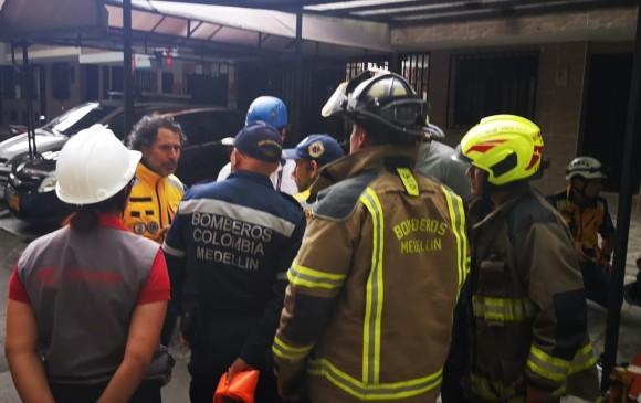Personal del cuerpo de bomberos y un equipo técnico están verificando las condiciones de seguridad y la evacuación total del inmueble. FOTO: DAGRD