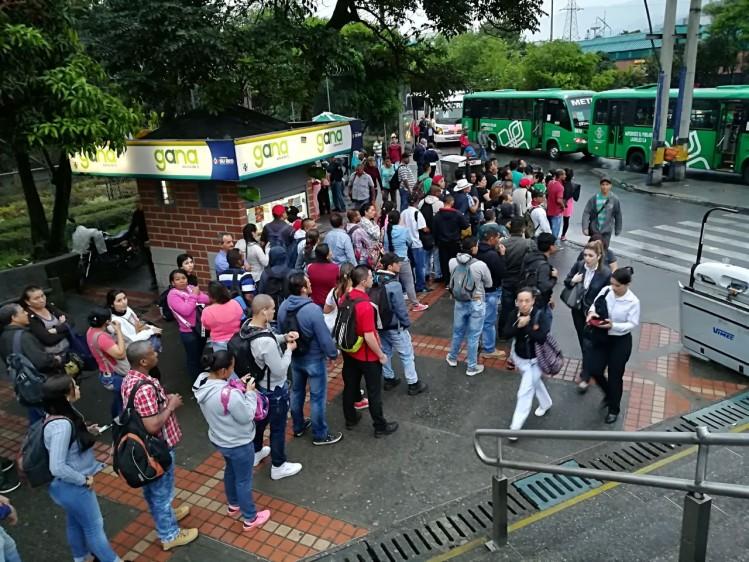 A las 6:30 de la mañana de este miércoles, la línea A del metro de Medellín volvió a la normalidad con todas sus estaciones abiertas y funcionando, desde Niquía hasta La Estrella. FOTO MANUEL SALDARRIAGA