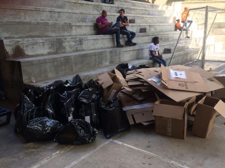 Tarjetones y urnas electorales listas para la basura tras el cierre de urnas. FOTO JULIO CÉSAR HERRERA