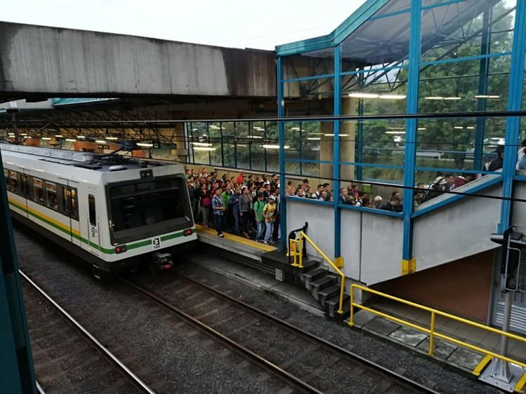 Operarios del Metro trabajan para guiar a los usuarios tras la falla que duró aproximadamente 15 horas. FOTO MANUEL SALDARRIAGA