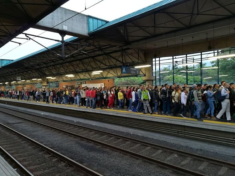 30 minutos después de que el Metro reestableciera la operación comercial en toda la línea A, la Estación Poblado presenta congestión. FOTO MANUEL SALDARRIAGA