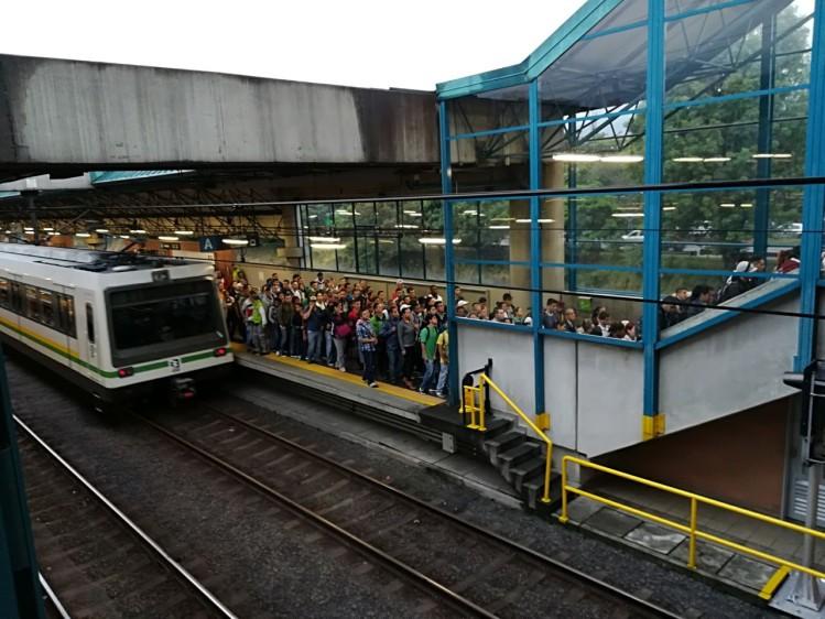 Todas las líneas y cables del Metro están funcionando con normalidad, tras el daño de una catenaria que paralizó el servicio de diez estaciones. FOTO MANUEL SALDARRIAGA