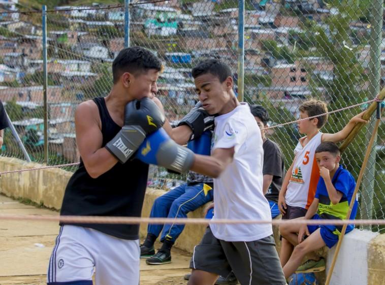 Los chicos se trenzan en un combate deportivo, en medio del barrio La Honda, al oriente de Medellín, poblado en su mayoría por familias desplazadas por el conflicto. FOTO: JUAN ANTONIO SÁNCHEZ O.