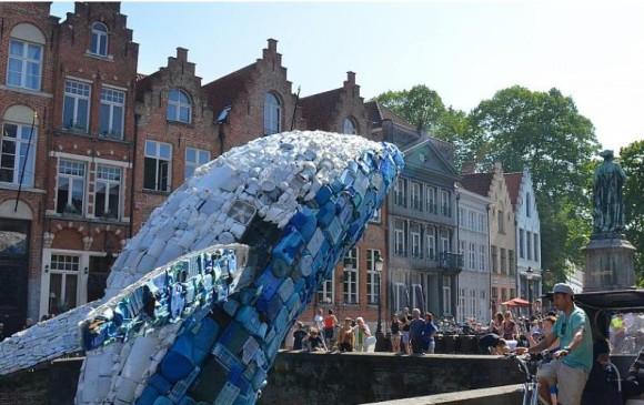Imagen de la ballena de plásticos, de 12 metros de altura, exhibida en la Trienal de Arte de Brujas, Bélgica. Foto tomada de la página web de la Trienal de Brujas.