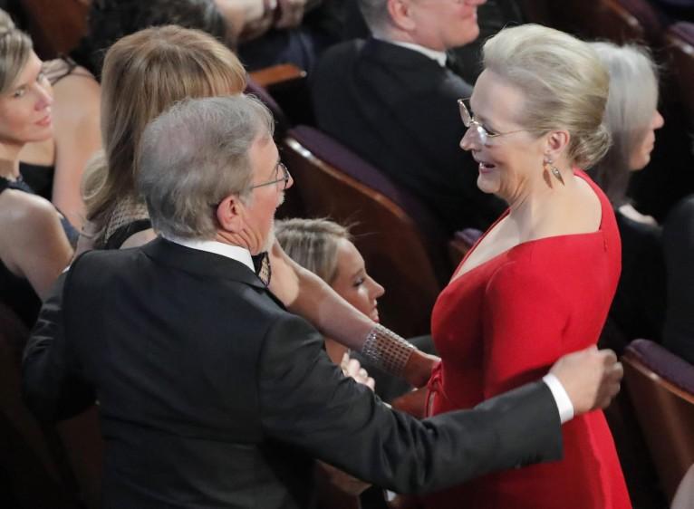Steven Spielberg y Meryl Streep conversan mientras pasan los comerciales. FOTO Reuters