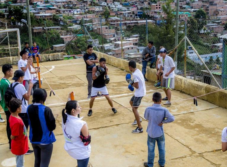 Con canecas, tubos de PVC, piedras y lazos forman el cuadrilátero donde los chicos exhiben su talento boxístico. FOTO: JUAN ANTONIO SÁNCHEZ O.