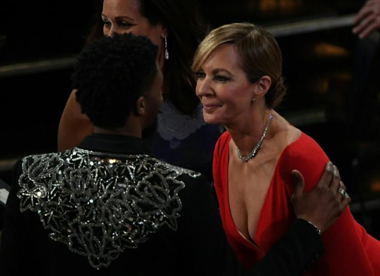 Allison Jenney, la ganadora como Mejor Actriz de Reparto, recibe el saludo de Pantera Negra, el actor Chadwick Boseman. FOTO AFP