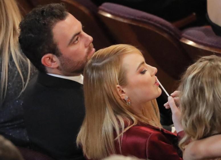 Un momento para retocarse el brillo para Emma Stone. FOTO Reuters