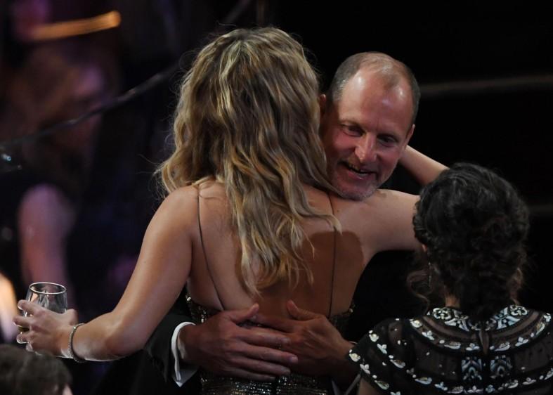 Jennifer Lawrence también fue a saludar a Woody Harrelson mientras pasaban los comerciales. FOTO AFP