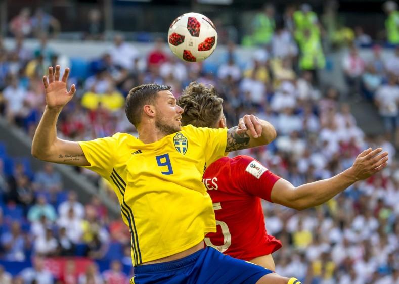 El zaguero del Leicester aprovechó sus 194 cm de estatura para volar por encima de sus homólogos suecos y adelantar así a los suyos en la contienda. FOTO JUAN ANTONIO SANCHEZ