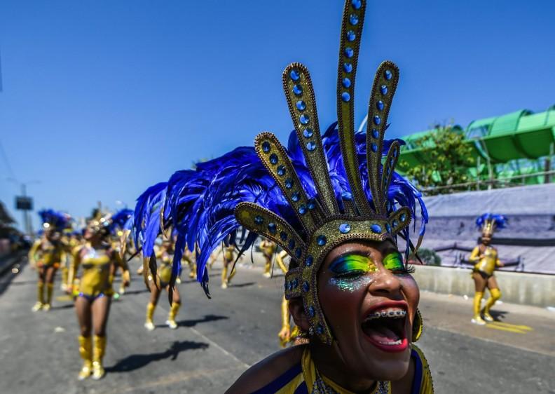 El desfile, que partió al filo del mediodía cuando se sentían las altas temperaturas y la luminosidad era tan intensa que el ambiente por momentos era agobiante, sirvió de marco para que los diferentes grupos folclóricos rindieran tributo a los policías víctimas de los ataques, reivindicados por el Ejército de Liberación Nacional (Eln). FOTO AFP