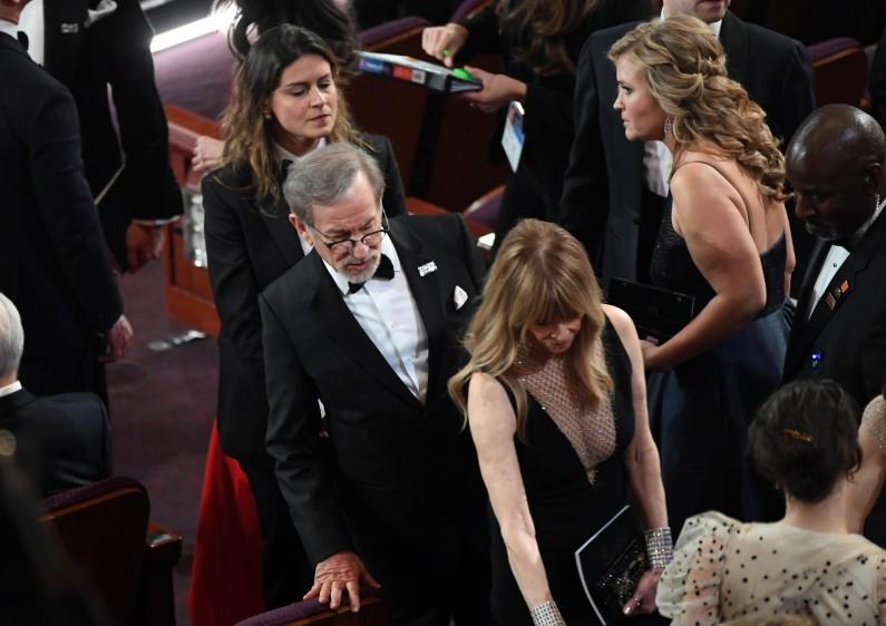 El director Steven Spielberg buscando su silla. FOTO AFP