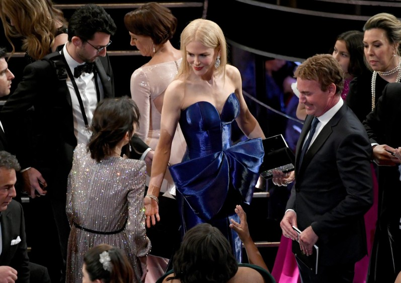 Sally Hawkins saluda a Nicole Kidman. FOTO AFP