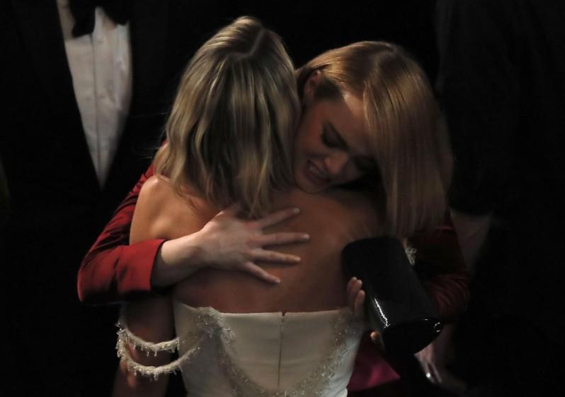 El saludo de Emma Stone y Margot Robbie. FOTO Reuters