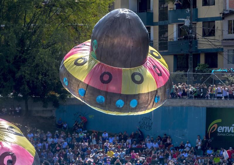 Como ya es tradición, en la cancha del barrio El Dorado, municipio de Envigado, se realiza el tradicional festival de globos solares de fin de año. FOTO JUAN ANTONIO SÁNCHEZ