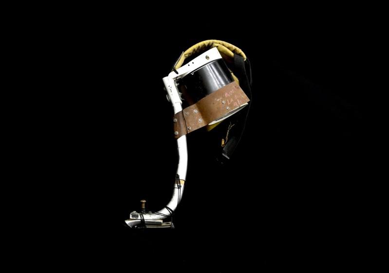 Ingenio en la escasez. Una jarra de leche, la correa de una mochila, una lija, esponjas de cocina, la varilla de una caminador y el calapíe de una moto conforman esta extraña prótesis unida por tornillos y cinta de enmascarar. Foto: Manuel Saldarriaga