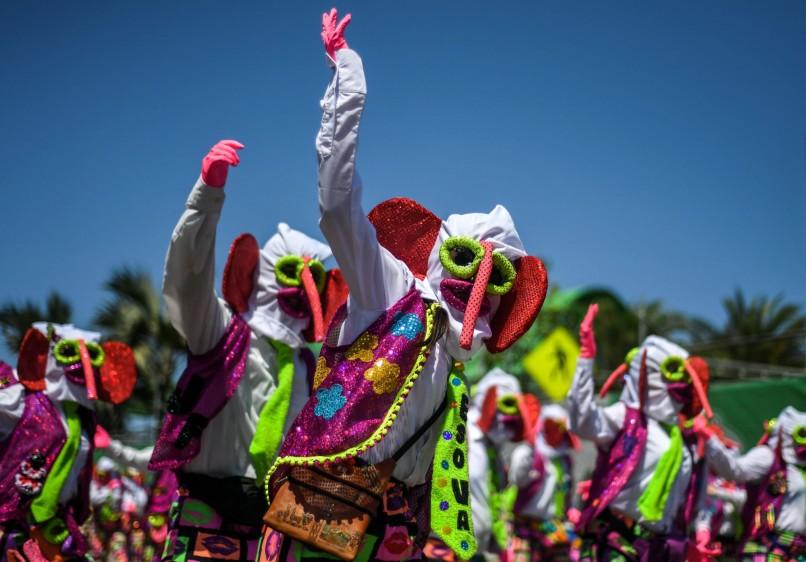 La caravana fue abierta por una multitud de comparsas de marimondas del Barrio Abajo, un colectivo de disfraces que durante 35 años ha participado en el principal desfile. FOTO AFP
