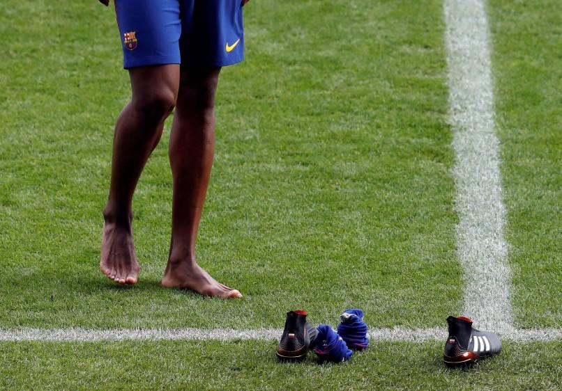 Mina piso el cesped descalzo y hasta se animó a bailar salsa choque en el Camp Nou. FOTO EFE