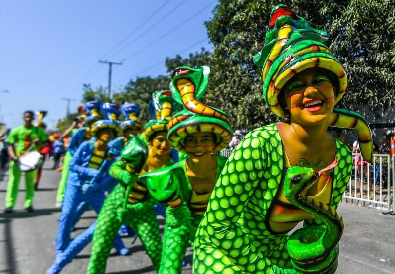 La Batalla de Flores, el multitudinario desfile que el sábado abrió en Barranquilla los cuatro días de Carnaval, sirvió de escenario para que la alegría y el jolgorio. FOTO AFP