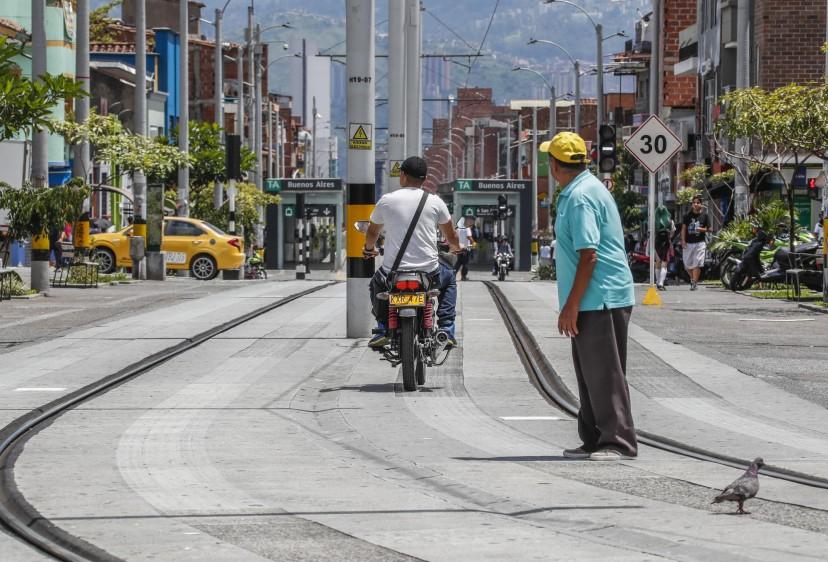 Motos invaden la vía exclusiva del Tranvía de Ayacucho, carrera 29 con calle 49 Buenos Aires. Foto: Róbinson Sáenz
