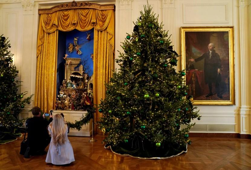 Un portal de Belén como símbolo religioso de la tradición cristiana o la disposición de objetos pertenecientes a antiguos presidentes resaltan en la decoración. FOTO Reuters.