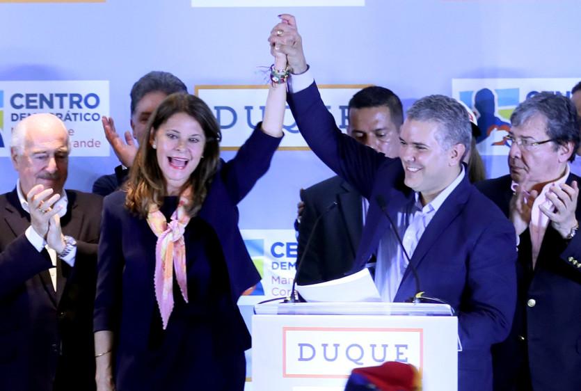 Con el respaldo del senador y expresidente, Álvaro Uribe, Duque siempre estuvo primero en el conteo de votos, desde el primer boletín de la Registraduría Nacional, con mayoría en todo el territorio nacional y seguido de lejos por la exministra Martha Lucía Ramírez. FOTO EFE