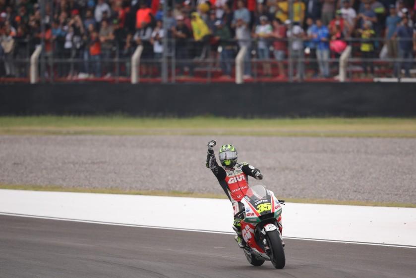 El piloto británico de MotoGP Cal Crutchlow, del equipo LCR Honda Castrol, saluda al publico tras ganar la carrera.