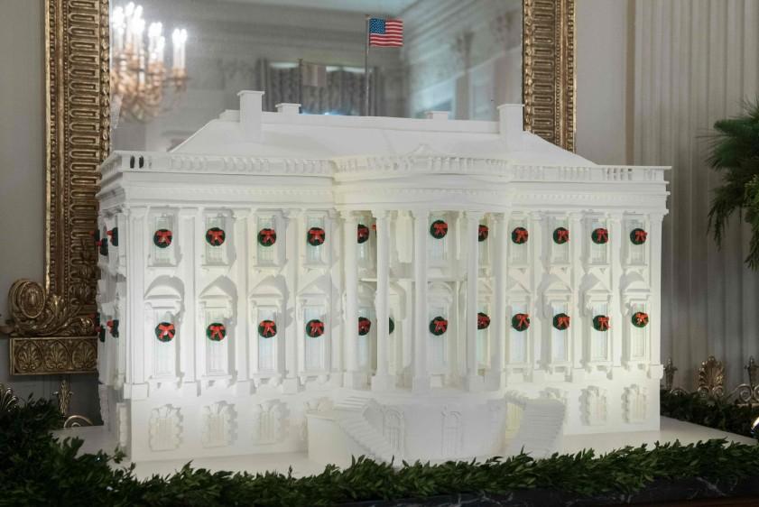 Uno de los principales atractivos es una réplica de la Casa Blanca de 136 kilos, hecha de jengibre, masa de azúcar, chocolate y glaseado. Avisaron que no es comestible. FOTO AFP