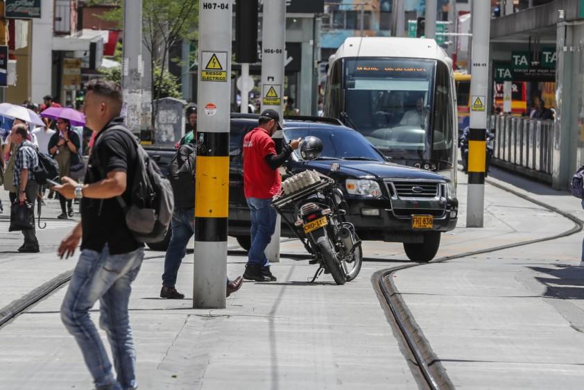 Carros y motos que invaden la vía exclusiva del Tranvía de Ayacucho, calle 49 entre las carreras 44 A y 45. Foto: Róbinson Sáenz