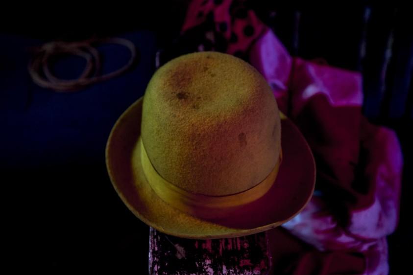 Los sombreros hacen parte de la indumentaria de algunos de los artistas que trabajan en el circo. FOTO: SANTIAGO MESA.