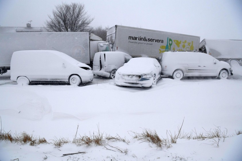 En Eslovenia, un hombre murió de frío el miércoles en Maribor, al quedar inconsciente tras caer al suelo en el patio de su casa, donde había salido a cortar leña, informó la agencia STA. FOTO AFP. País: Suecia.