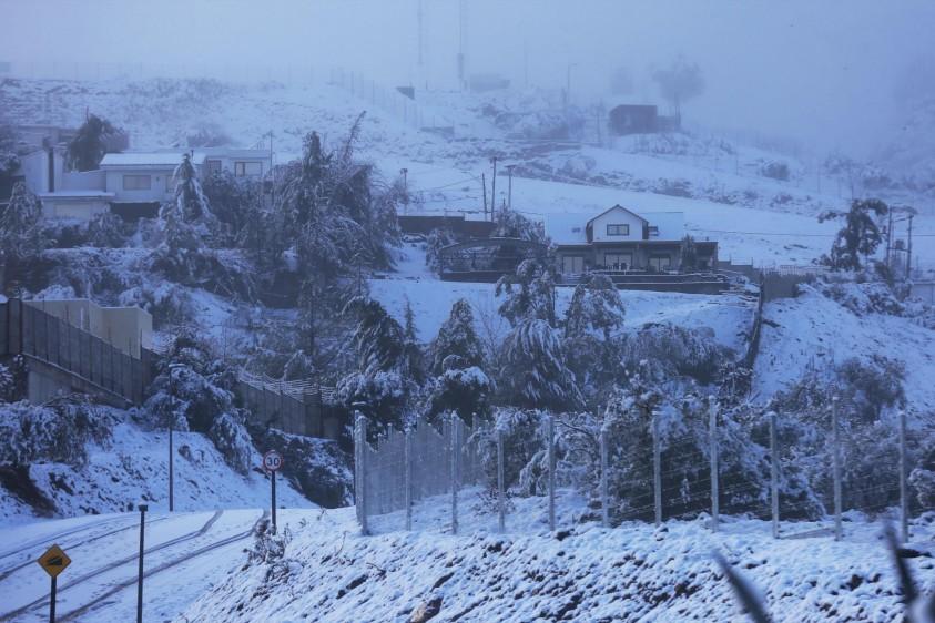 La capital chilena este sábado amaneció cubierta por un manto blanco tras la mayor nevada de la última década, un fenómeno que dejó a más de 300.000 hogares sin suministro eléctrico y que se repitió en otras regiones del país. EFE Y REUTERS