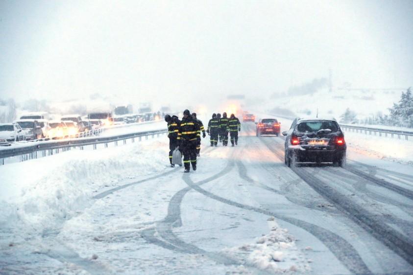 El progreso fue complicado debido a los numerosos vehículos accidentados o atrapados que bloqueaban los carriles. FOTO EFE