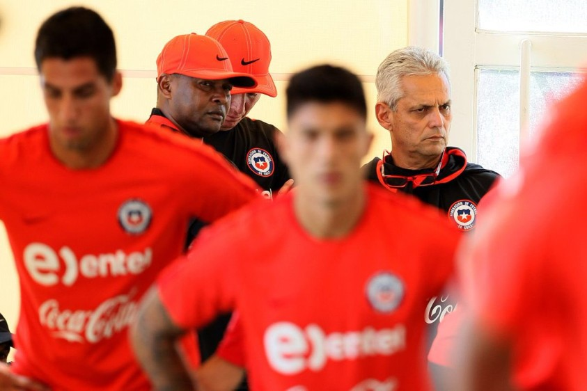 Bernardo Redín, asistente técnico y Reinaldo Rueda orientan cada una de las jornada de preparación del grupo austral. FOTO TOMADA DE TWITTER SELECCIÓN CHILENA