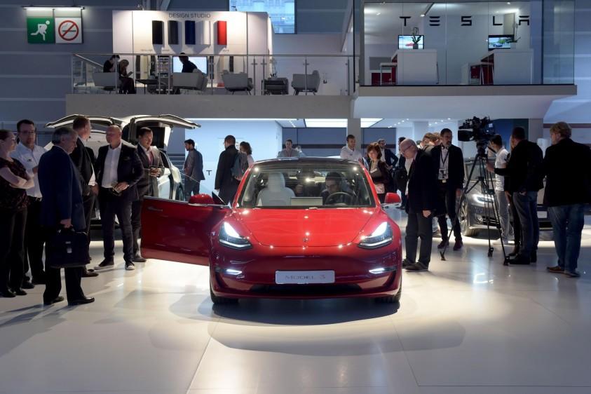 Los seguidores de Tesla también podrán ver el Model 3, que recientemente ha logrado las máximas puntuaciones que las autoridades estadounidenses otorgan en las pruebas de impacto, con cinco estrellas en los test realizados. FOTO AFP
