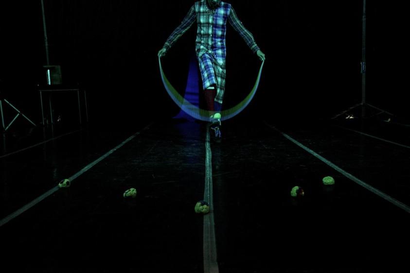 Sebastián lleva 12 años dedicado al arte circense, su especialidad es el malabarismo con los pies. FOTO: SANTIAGO MESA.