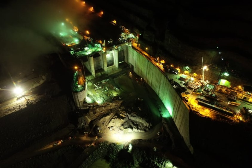 Día y noche trabajan en Hidroituango para terminar la presa y que el riesgo de una nueva emergencia aguas abajo del proyecto se disminuya. FOTO JUAN DAVID ÚSUGA
