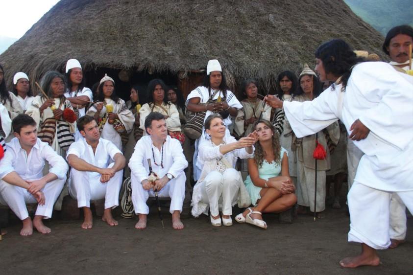 Ceremonia simbólica junto a su familia en la Sierra Nevada de Santa Marta. FOTO COLPRENSA