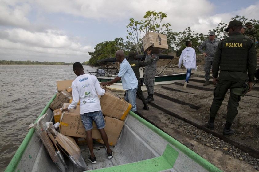 10 líderes comunitarios de Vigía del Fuerte apoyaron las labores y los regalos para los niños se movieron en botes hacia Bojayá, Chocó. Foto: Esteban Vanegas