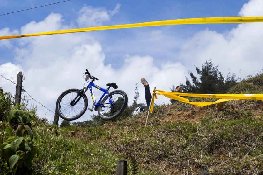 70 hombres y dos mujeres compitieron por lograr el menor tiempo posible en el descenso de la pista corta que tenía dos grandes saltos y altas velocidades. Foto: Esteban Vanegas